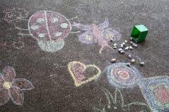 画在沥青的孩子 免版税库存照片