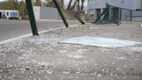 在沥青的残破的汽车玻璃在交通事故 股票录像