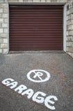 在沥青的禁止停车小心文本标记 免版税库存照片