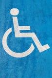在沥青的蓝色障碍停车处标志人的以伤残 库存图片