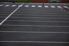 在沥青的被绘的布局停放的汽车的, 免版税库存照片