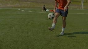 在沥青的足球运动员玩杂耍的足球 影视素材