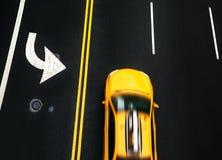 在沥青的路标在曼哈顿街道上  免版税库存图片