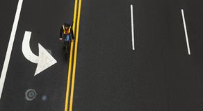 在沥青的路标在曼哈顿街道上  免版税图库摄影