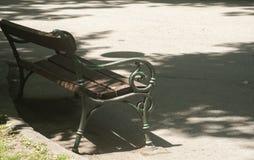 在沥青胡同的公园长椅 库存图片