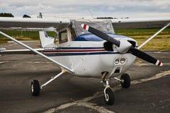 在沥青跑道的赛斯纳172 Skyhawk 2飞机 免版税图库摄影