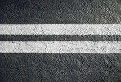 在沥青路的双黄线分切器 免版税库存图片