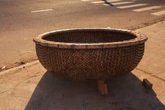 在沥青路面的特写镜头越南渔篮子树荫 库存图片
