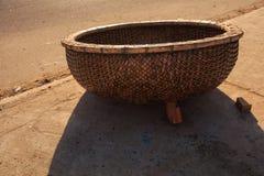 在沥青路面的特写镜头越南渔篮子树荫 图库摄影