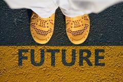 在沥青,步的黄色鞋子到未来里 免版税库存照片