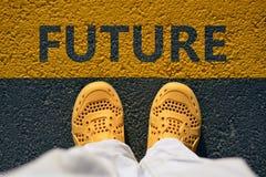 在沥青,步的黄色鞋子到未来里 库存图片