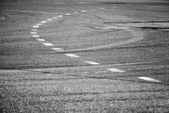 在沥青,路标的空白线路 库存图片