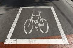 在沥青-巴塞罗那西班牙的自行车标志 免版税库存照片