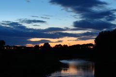 在河上的晚上天空 库存照片