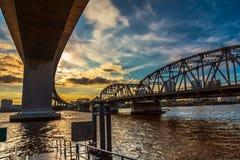 在河上的桥下 库存图片