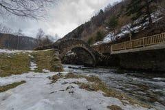 在河上的石桥梁 免版税图库摄影