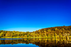 在河上的秋天 库存图片
