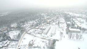 在河上的空中飞行在冬天 曲折前进通过惊人的多雪的冬天风景的河 股票视频