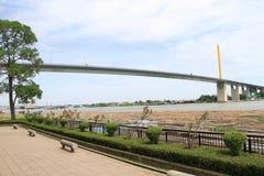 在河之上的桥梁电缆 库存照片