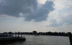 在河之外的云彩 库存照片
