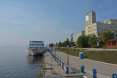 在河乘客口岸附近的一艘船 内河港是萨拉托夫 乘客,游人,河划线员 免版税库存图片