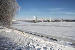 在河伏尔加河的桥梁在冬天 免版税库存图片