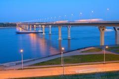 在河伏尔加河的桥梁 库存照片