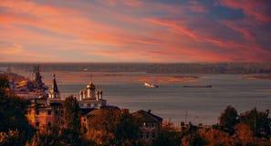 在河伏尔加河的美好的日落 库存图片