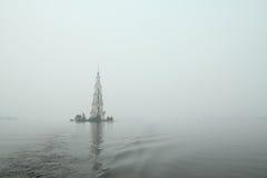 在河伏尔加河的著名和美丽的被充斥的Belltower在一多雨多云秋天天 Kalyazin,俄罗斯 免版税库存图片