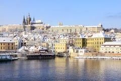 在河伏尔塔瓦河在晴天,捷克上的斯诺伊布拉格哥特式城堡 免版税库存照片