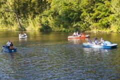 在河伏尔塔瓦河的小船 库存图片