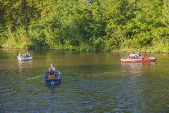 在河伏尔塔瓦河的小船 免版税库存图片