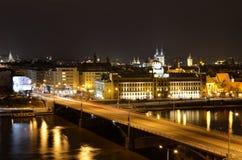 在河伏尔塔瓦河的曲拱桥梁在布拉格 免版税图库摄影