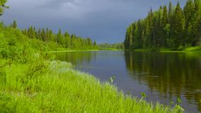 在河伸手可及的距离的阴云密布 影视素材