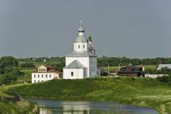 在河俄国白色附近的教会 库存照片