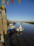 在河停泊的小船 免版税库存照片