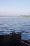 在河停泊的木小船 免版税库存图片