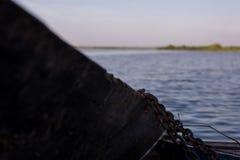 在河停泊的木小船 免版税库存照片