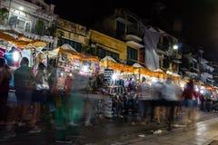 在河内大街上的夜市场  免版税库存照片