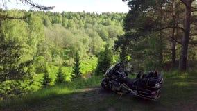 在河前面的摩托车 股票视频