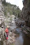 在河前面的登山家 库存图片
