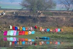 在河反映的五颜六色的洗衣店,印度 免版税库存照片