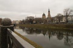 在河反映的大教堂 免版税图库摄影