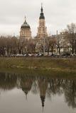 在河反映的大教堂 库存图片