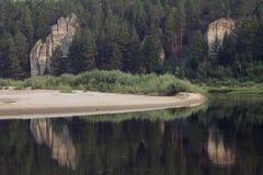 在河反映的岩石海岸 免版税库存图片