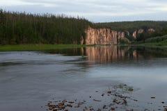在河反映的岩石海岸 库存图片