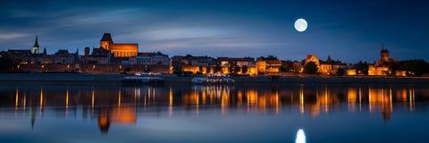 在河反映的老镇在日落 托伦 图库摄影