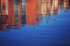 在河反映的老镇 库存照片