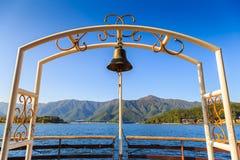 在河口湖轮渡, Kawaguchigo,蓝天背景的日本的响铃 库存图片