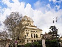 在河台伯河的河岸的主要犹太教堂在罗马意大利 免版税图库摄影